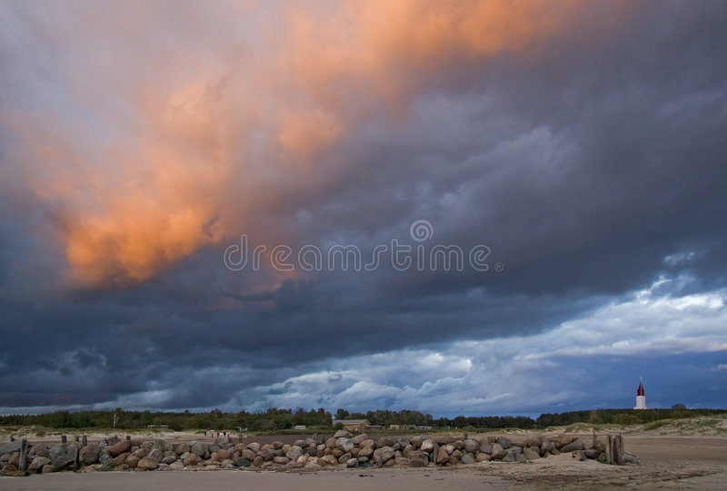 Beira-mar e céu vermelho foto de stock royalty free
