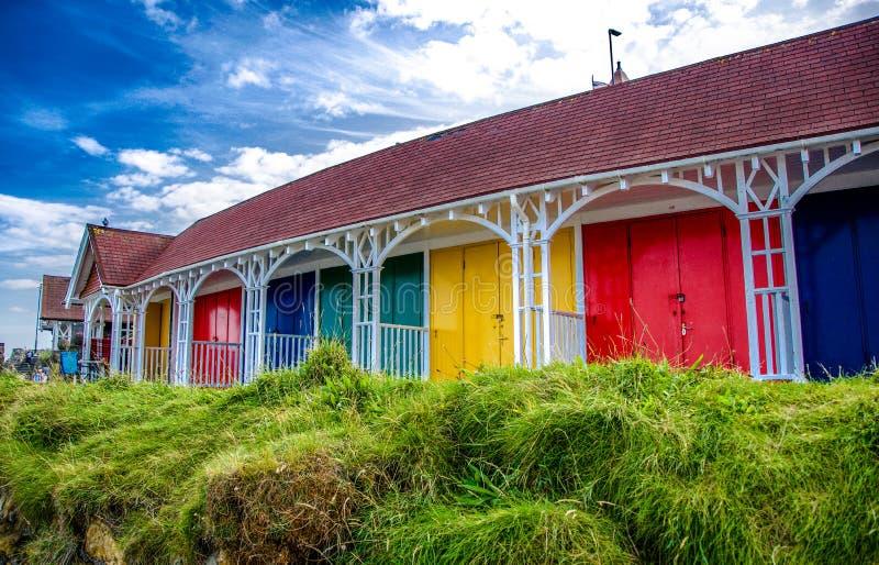 Beira-mar Sunny Day colorido das cabanas da praia de Scarborough fotos de stock royalty free