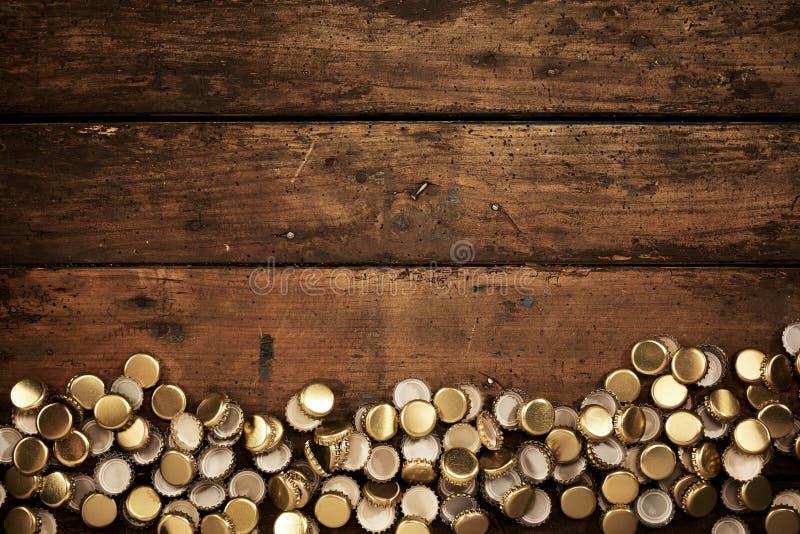 A beira rústica do ouro usado velho coloriu partes superiores da garrafa fotos de stock