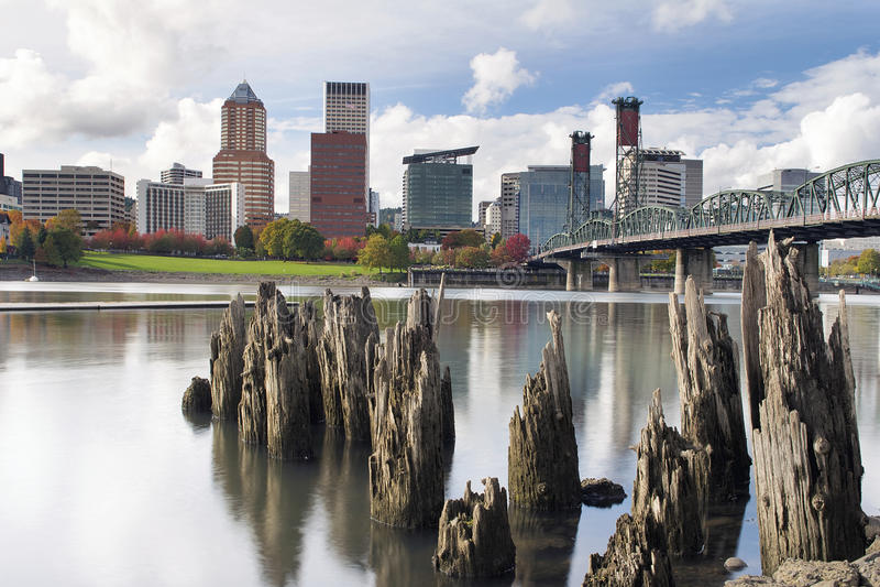 Beira-rio de Portland Oregon no outono fotos de stock