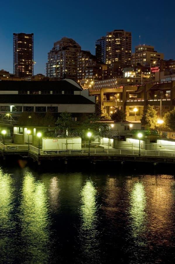 Beira-rio de Seattle na noite fotografia de stock royalty free
