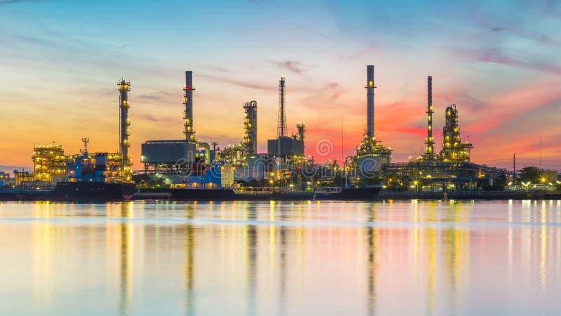 Beira-rio industrial pesado da refinaria de petróleo com fundo bonito do céu do nascer do sol imagens de stock
