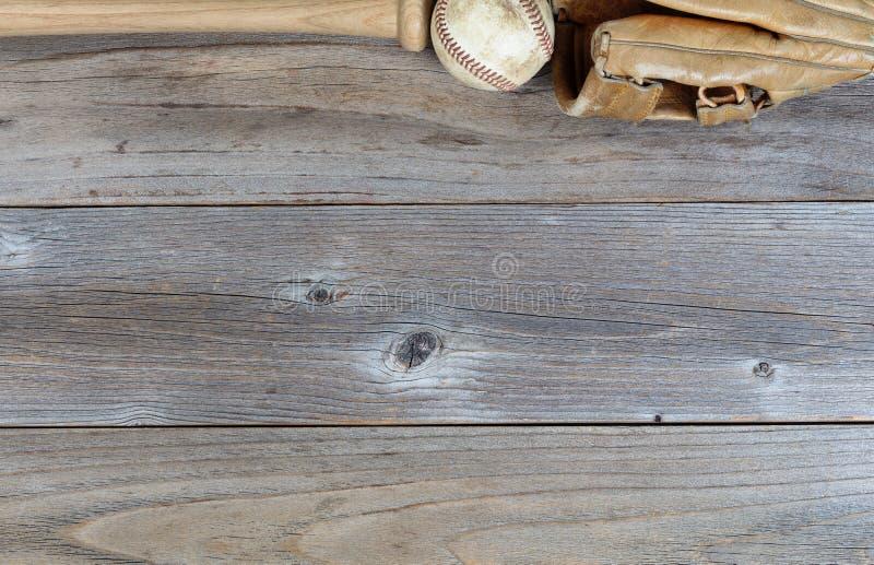 Beira superior do equipamento de basebol usado em placas de madeira rústicas foto de stock