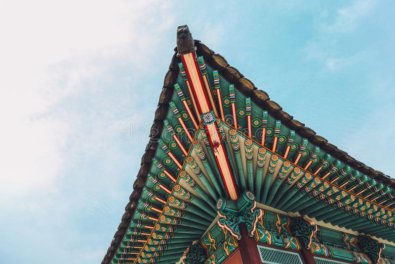 Beirado e telhado tradicionais coreanos do palácio de Changdeokgung em Seoul, Coreia imagens de stock royalty free