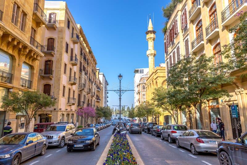 Beiroet, Libanon die - 5 Februari 2018 - zeer modern gebied in Beiroet verbazen de stad in, auto's, bloemen, moskee op de achterg royalty-vrije stock foto