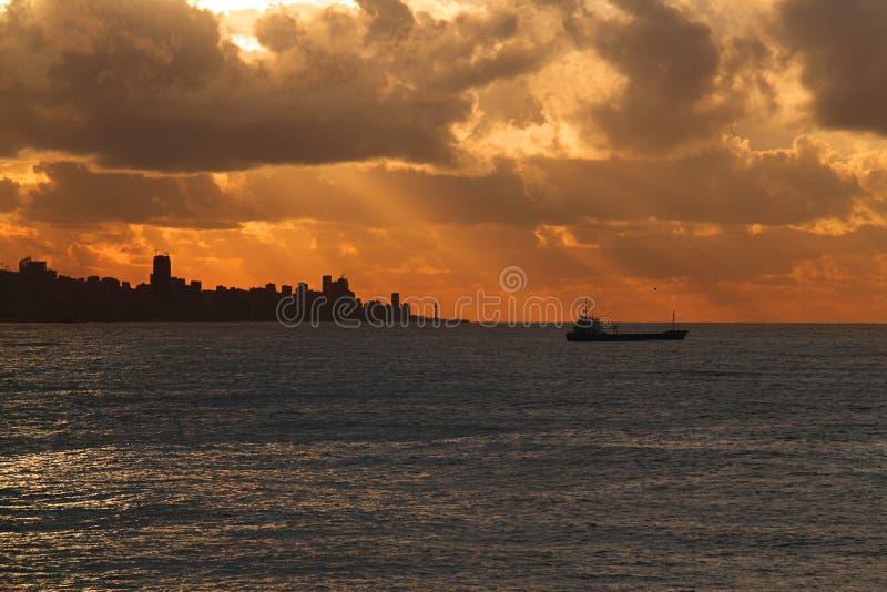Beirut, nave, y puesta del sol fotos de archivo libres de regalías
