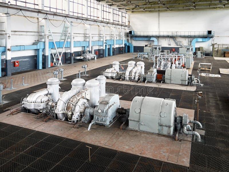 Beispiel des chemischen Produktionsinnenraums Hochdruckstickstoffturbinenkompressor als Teil des großen modernen Chemiefabrikgase lizenzfreie stockfotografie