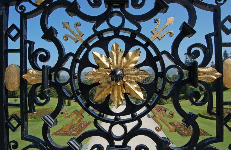 Beispiel des Zauns des bearbeiteten Eisens der Kunstfertigkeit stockfoto