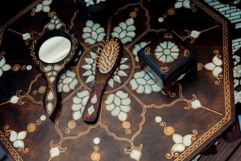 Beispiel von Perlmutteinlegearbeiten auf Kamm und Spiegel stockfoto
