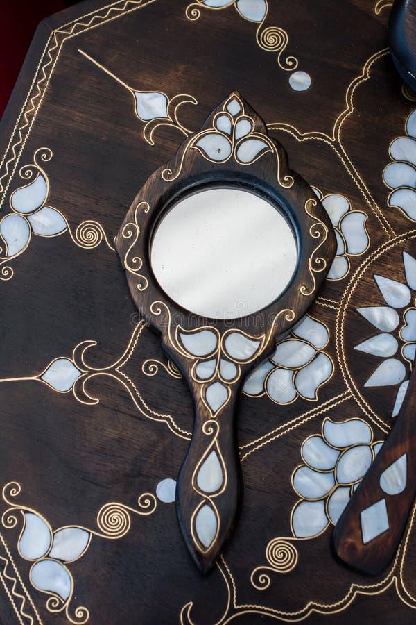 Beispiel von Perlmutteinlegearbeiten auf Spiegel stockbild