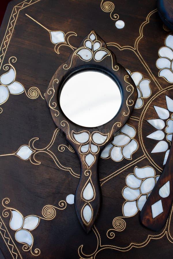 Beispiel von Perlmutteinlegearbeiten auf Spiegel stockfotografie