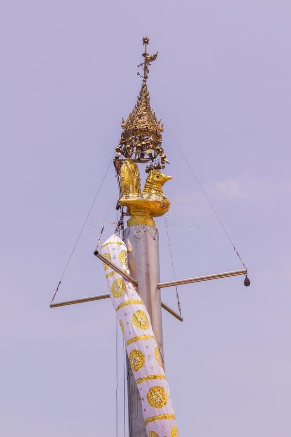 Beitrag mit Huhn auf die Oberseite an am KOH u. an x28; islands& x29; Sirey-Tempel, Phuket, Thailand lizenzfreie stockfotos