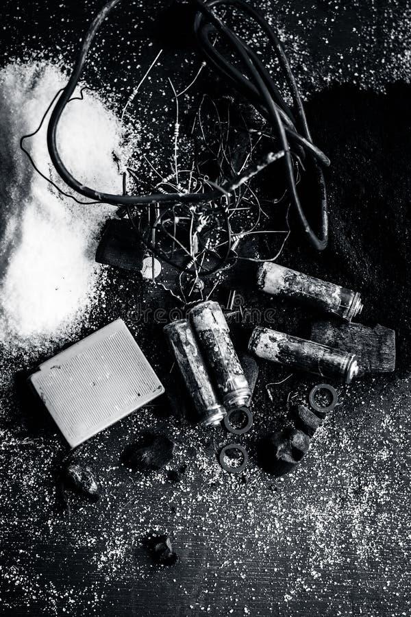Beitrag oder Mischung zu Erdungsanlage oder Erdungsanlage I e-Kohle, Kohlenpulver, Salz, Natriumchlorid und Drähte stockfoto