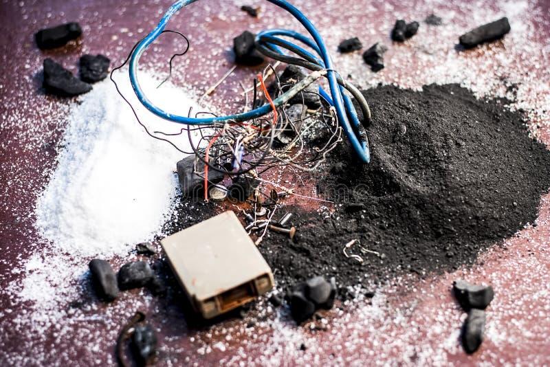 Beitrag oder Mischung zu Erdungsanlage oder Erdungsanlage I e-Kohle, Kohlenpulver, Salz, Natriumchlorid und Dr?hte lizenzfreies stockfoto