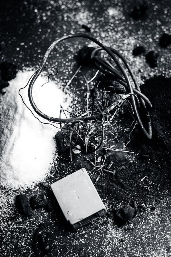 Beitrag oder Mischung zu Erdungsanlage oder Erdungsanlage I e-Kohle, Kohlenpulver, Salz, Natriumchlorid und Dr?hte lizenzfreies stockbild