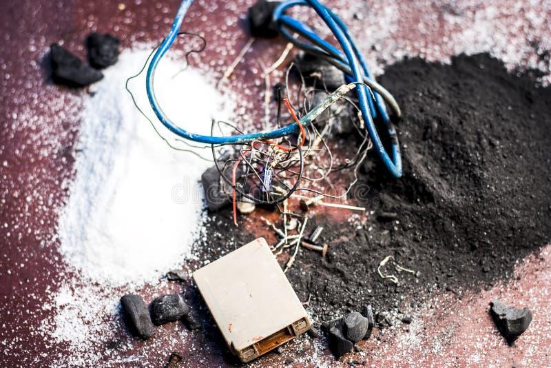 Beitrag oder Mischung zu Erdungsanlage oder Erdungsanlage I e-Kohle, Kohlenpulver, Salz, Natriumchlorid und Dr?hte stockbild
