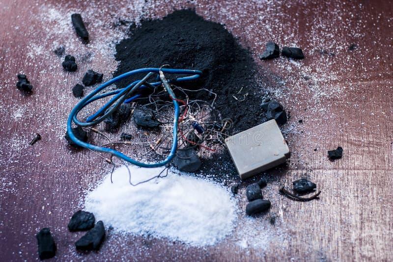 Beitrag oder Mischung zu Erdungsanlage oder Erdungsanlage I e-Kohle, Kohlenpulver, Salz, Natriumchlorid und Dr?hte lizenzfreie stockfotos