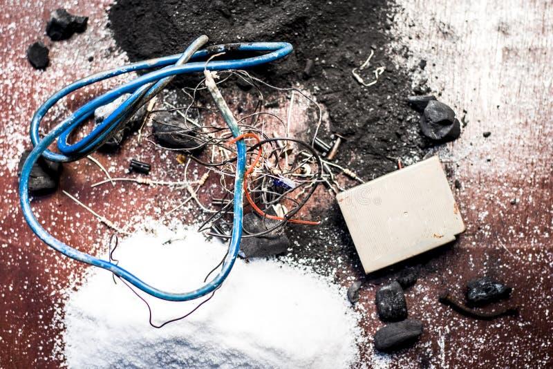 Beitrag oder Mischung zu Erdungsanlage oder Erdungsanlage I e-Kohle, Kohlenpulver, Salz, Natriumchlorid und Dr?hte lizenzfreie stockfotografie