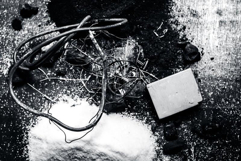 Beitrag oder Mischung zu Erdungsanlage oder Erdungsanlage I e-Kohle, Kohlenpulver, Salz, Natriumchlorid und Dr?hte stockfoto