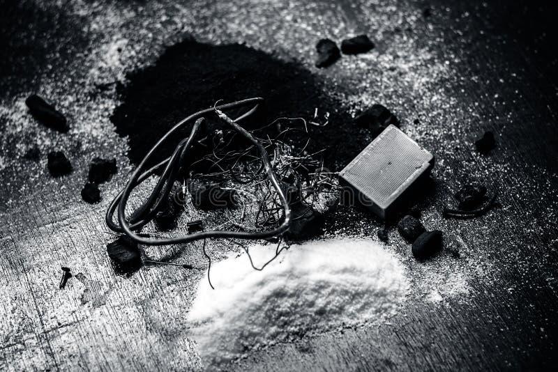 Beitrag oder Mischung zu Erdungsanlage oder Erdungsanlage I e-Kohle, Kohlenpulver, Salz, Natriumchlorid und Dr?hte lizenzfreie stockbilder