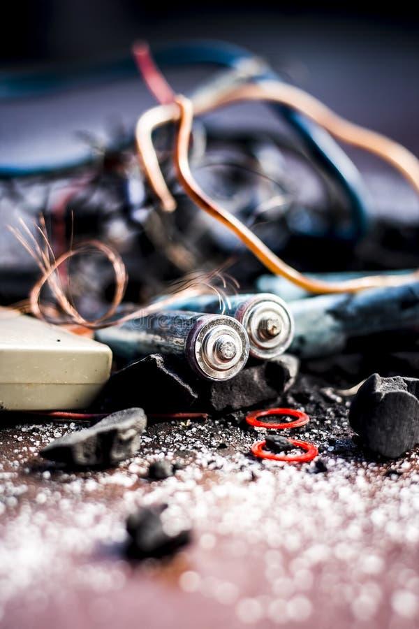 Beitrag oder Mischung zu Erdungsanlage oder Erdungsanlage I e-Kohle, Kohlenpulver, Salz, Natriumchlorid und Dr?hte stockbilder