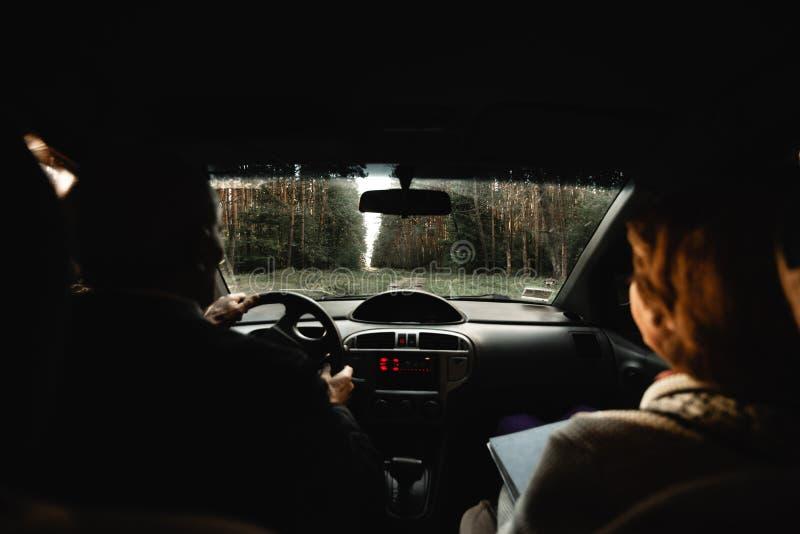Bejaard houdend van paar binnen auto royalty-vrije stock foto