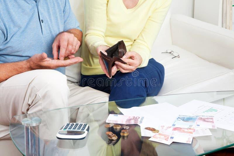 Bejaard paar dat Euro geld telt stock foto