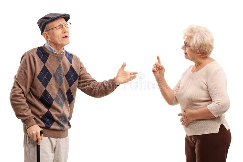 Bejaard paar die met elkaar debatteren stock afbeelding