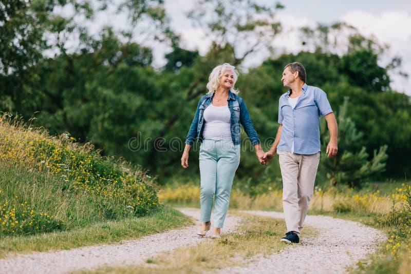 Bejaard paar die op de weg lopen royalty-vrije stock fotografie