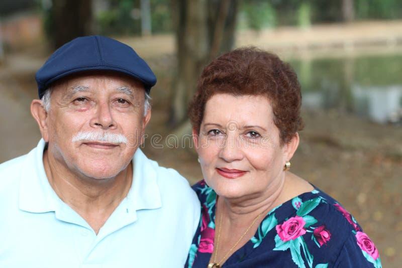 Bejaard paar die pret hebben in openlucht royalty-vrije stock fotografie