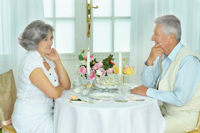 Bejaard paar die samen dateren royalty-vrije stock foto's