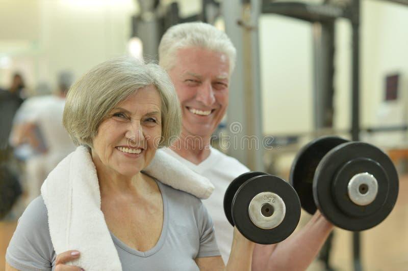 Bejaard paar in een gymnastiek stock afbeeldingen