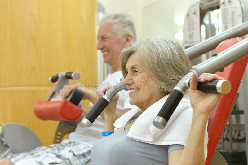 Bejaard paar in een gymnastiek royalty-vrije stock foto