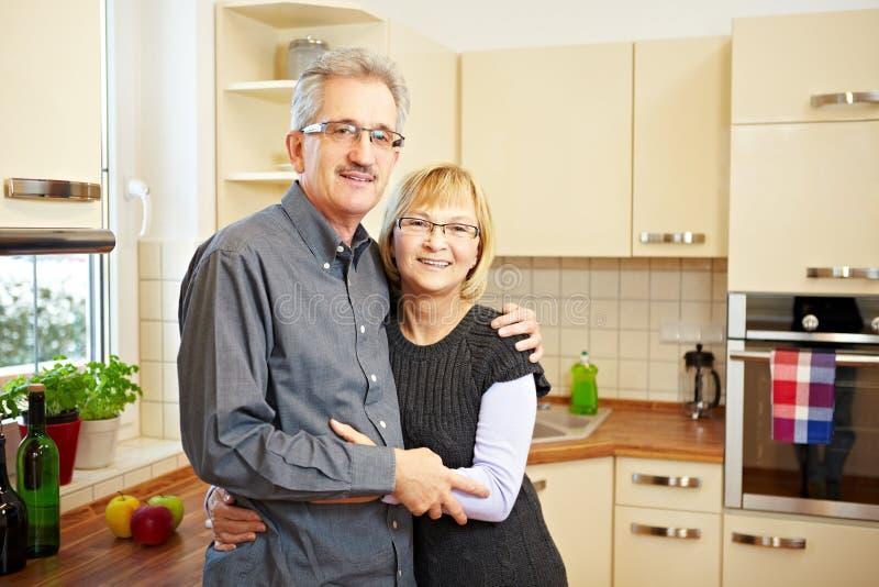 Bejaard paar in een keuken royalty-vrije stock afbeelding