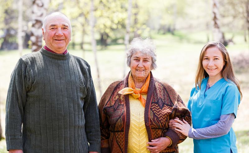Bejaard paar en jonge verzorger royalty-vrije stock fotografie