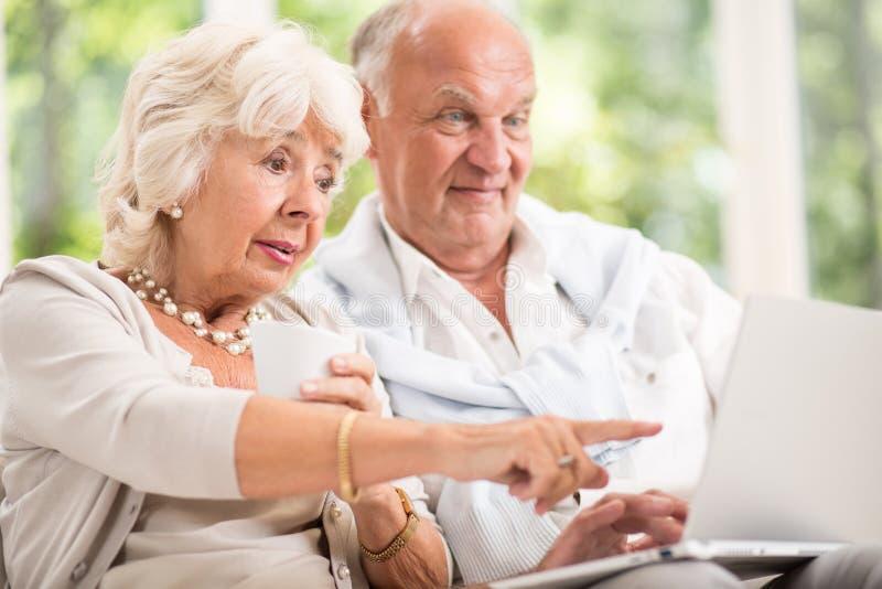 Bejaard paar en moderne technologie royalty-vrije stock foto