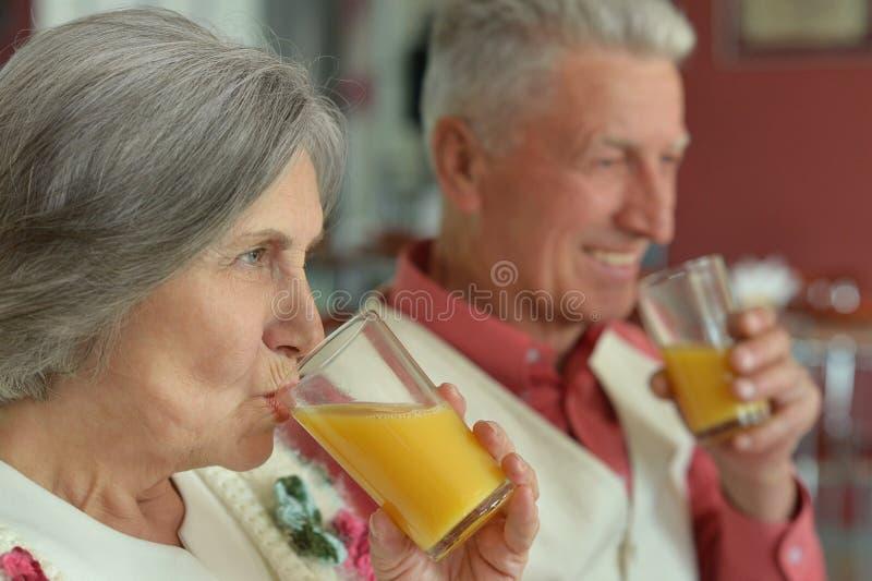 Bejaard paar het drinken sap royalty-vrije stock afbeelding
