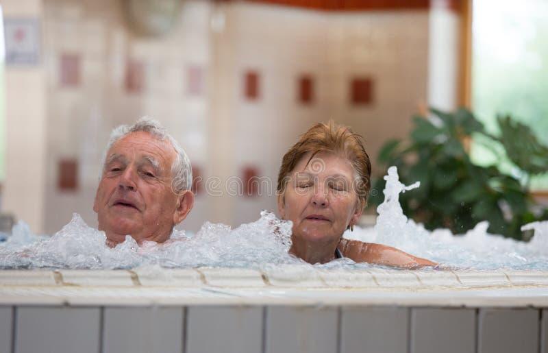 Bejaard paar in Jacuzzi royalty-vrije stock afbeeldingen