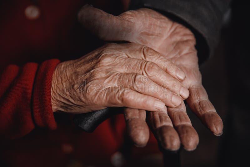 Bejaard paar, man de handenliefde van de holdingsvrouw stock afbeeldingen