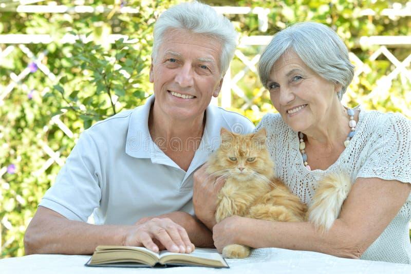 Bejaard paar met kat royalty-vrije stock foto