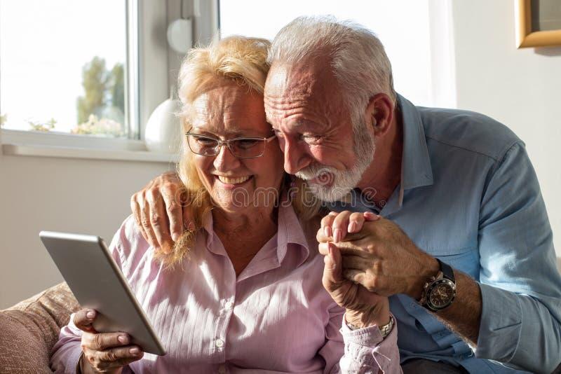 Bejaard paar met tablet royalty-vrije stock fotografie