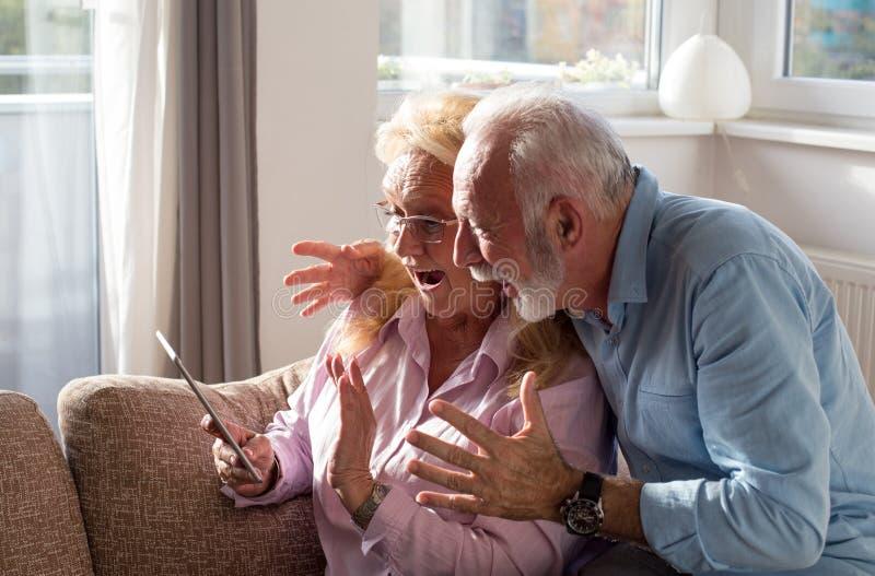 Bejaard paar met tablet royalty-vrije stock afbeeldingen