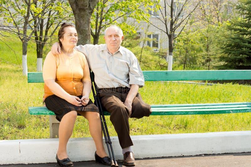 Bejaard paar op een parkbank royalty-vrije stock foto's