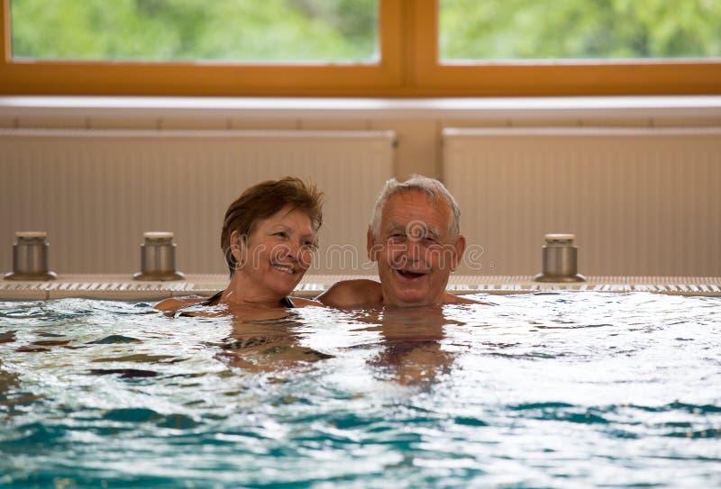 Bejaard paar in pool royalty-vrije stock afbeelding