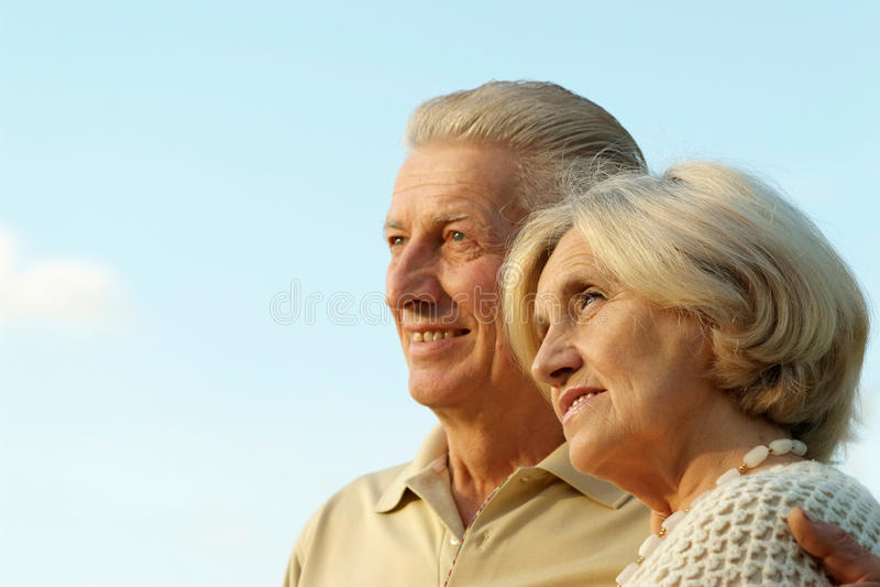bejaard paar tegen de hemel stock afbeeldingen