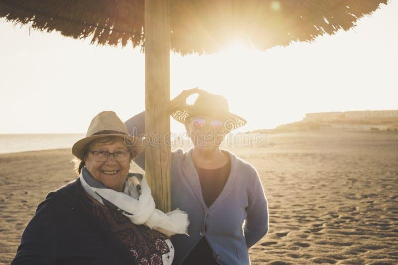 Bejaard paar van vriendenwijfje bij het strand in de winter Vrije tijdsconcept royalty-vrije stock foto's