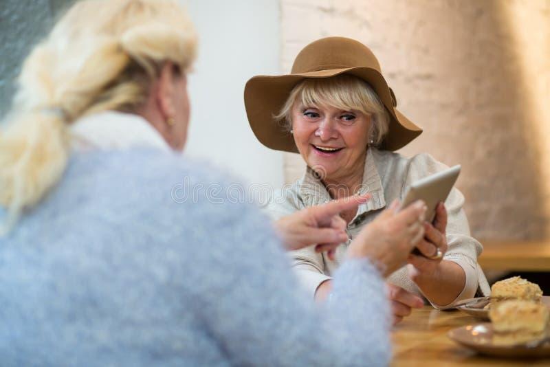 Bejaard wijfje met een tablet royalty-vrije stock afbeeldingen