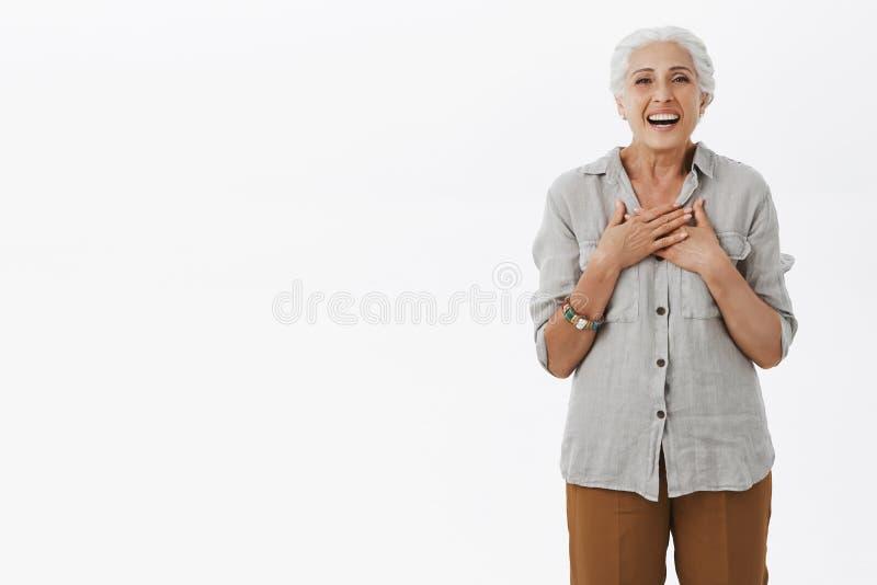Bejaarde aangenaam verraste moeder ziend kleinkinderen bezoekend haar Portret van opgetogen gelukkige oude leuk en soort stock foto