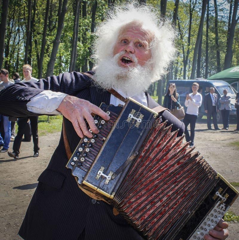 Bejaarde accordeonist - zanger van volksliederen bij de Bodem van de stad in de Republiek Wit-Rusland royalty-vrije stock foto
