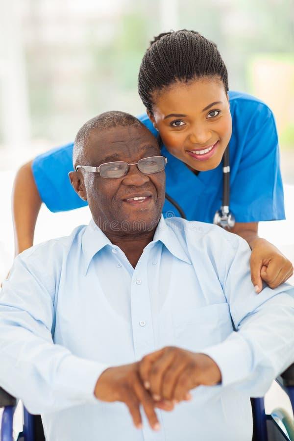 Bejaarde Afrikaanse mensenverzorger stock afbeelding